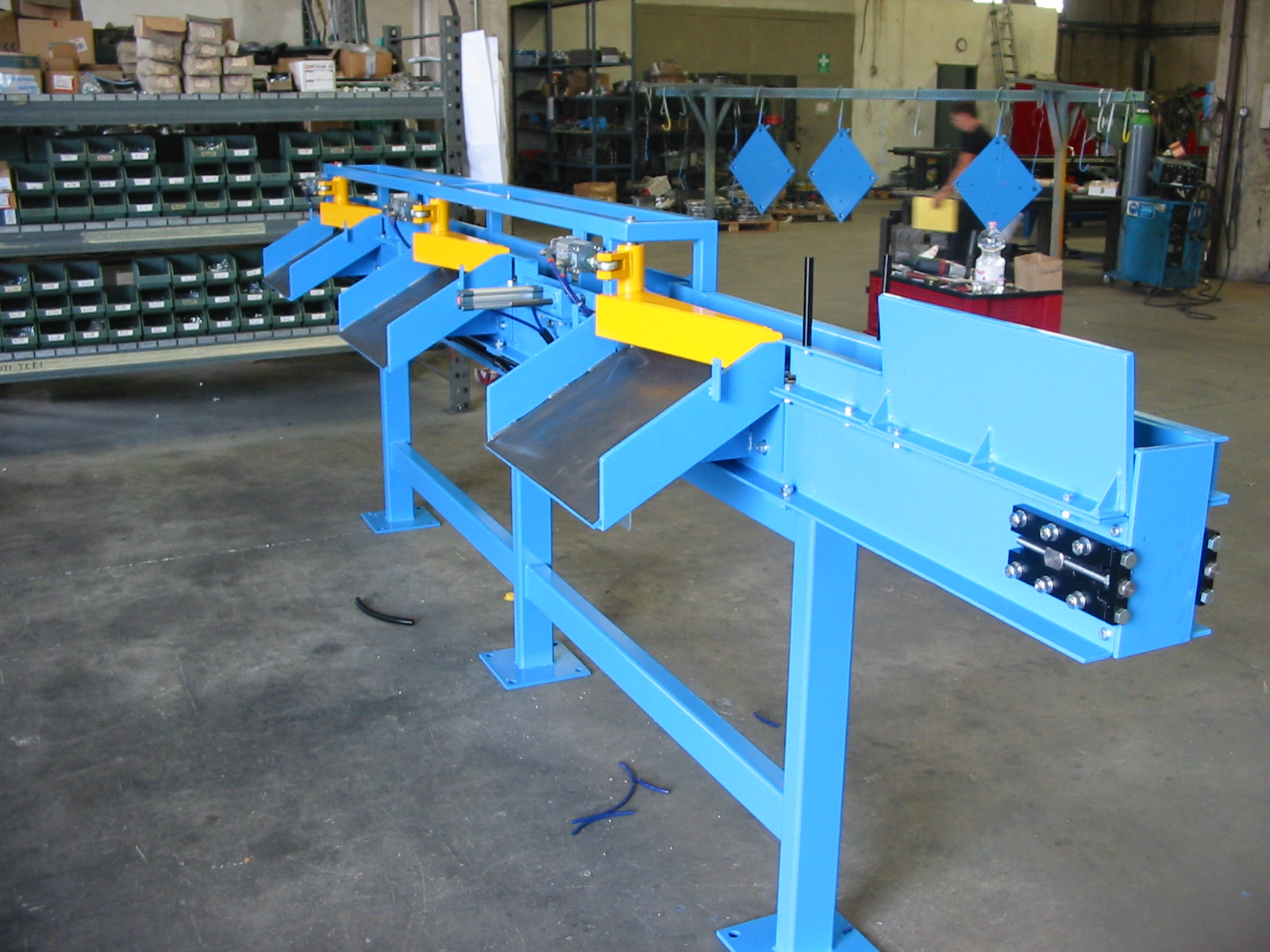 Chain conveyor with separated unloaders