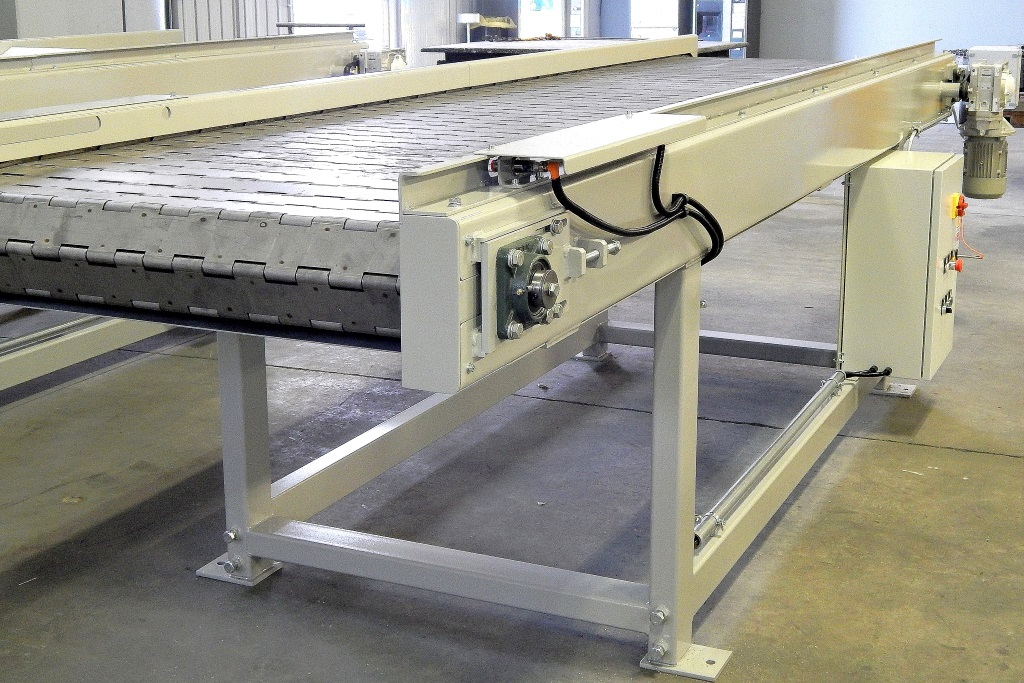 Hinged-belt conveyor to unload finished stainless workpieces